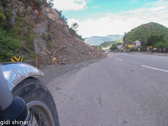 מפולות סלעים על הדרך